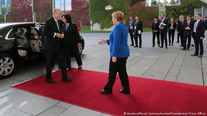 La canciller alemana, Angela Merkel, recibió al presidente turco, Recep Tayyip Erdogan, en un difícil encuentro en el que ambos pretenden dejar en un segundo plano sus diferencias políticas. Los dos mandatarios quieren centrarse en las relaciones económicas y los intereses estratégicos comunes. (28.09.2018).