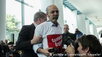 Η στιγμή της απομάκρυνσης του Αντίλ Γιζίτ από την αίθουσα της κοινής συνέντευξης τύπου
