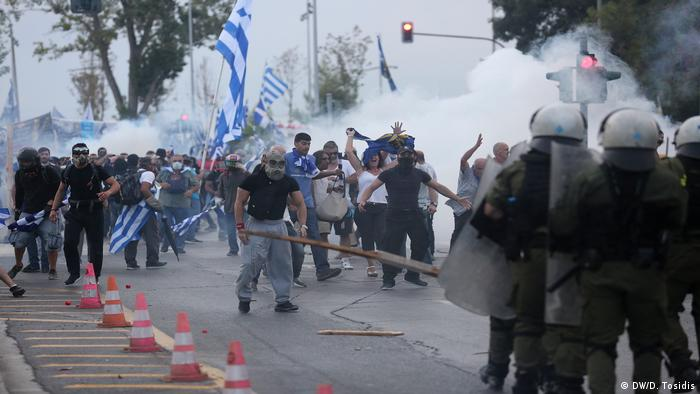 Protesters clashing with police in Thessaloniki (DW/D. Tosidis)