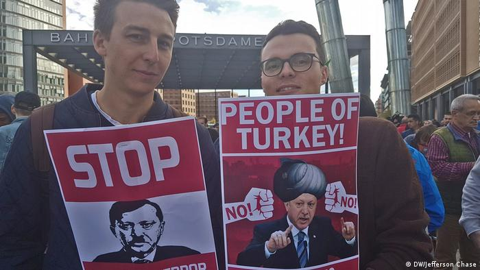 Berlin Demonstration bei Staatsbesuch Erdogan (DW/Jefferson Chase)
