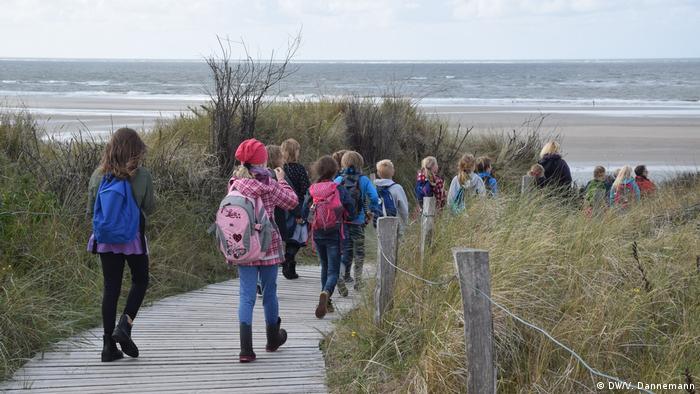 Niños de excursión por el Wattenmeer.