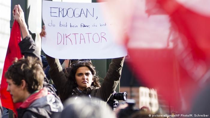 A demonstrator holds up a sign against Erdogan (picture-alliance/AP Photo/M. Schreiber)