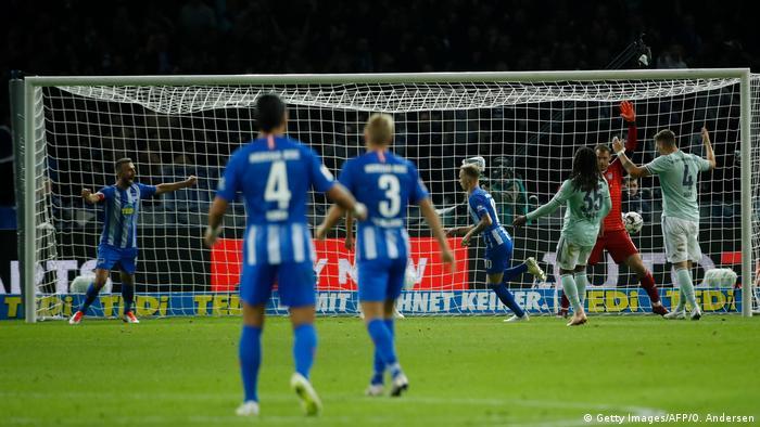 Fußball Bundesliga Hertha BSC Berlin vs Bayern München Tor 2:0 (Getty Images/AFP/O. Andersen)