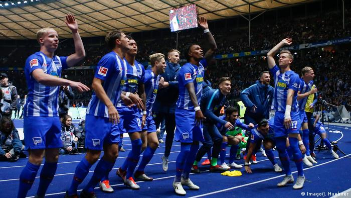 Hertha Berlin's players celebrate victory over Bayern Munich (Imago/J. Huebner)