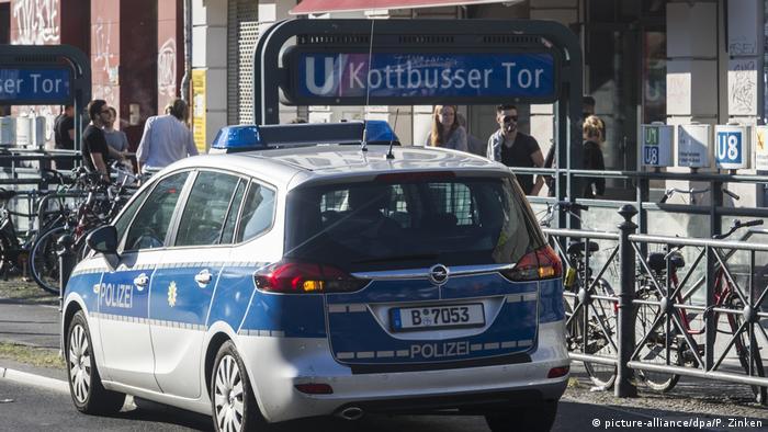 Deutschland - Berlin - Polizeiwagen am Kottbusser Tor (picture-alliance/dpa/P. Zinken)