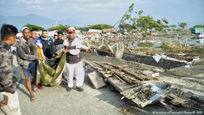 Erdbeben und Tsunami in Indonesien (picture alliance/AP Photo/M. Rifki)