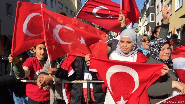 DİTİB'in Köln'deki Merkez Camisi'nin açılışına katılan Türkler