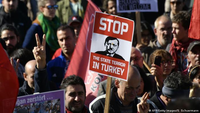Protestos acompanham visita de Erdogan à Alemanha