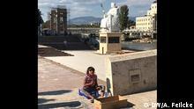 Titel: Skopje, Mazedonien Viel Geld für Marmor - wenig für die Armutsbekämpfung - Bettelndes Kind vor der Statue Kaiser Justitian; Bild: Adelheid Feilcke