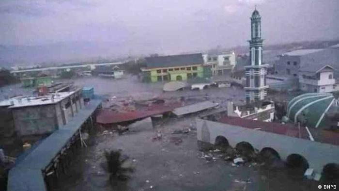 A view of Palu after the tsunami, with a destroyed mosque on the right (BNPB)