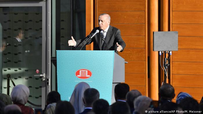 Deutschland Erdogan eröffnet Zentralmoschee der Ditip in Köln-Ehrenfeld (picture alliance/AP Photo/M. Meissner)