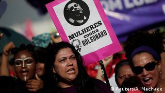 Женщины против Болсонару - гласит плакат, который держат участницы демонстрации в Бразилии