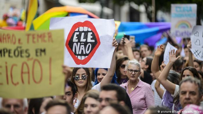 Protesto contra Jair Bolsonaro em Curitiba: mulheres lideram rejeição ao candidato