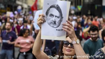 Противники Болсонару сравнивают его с Гитлером