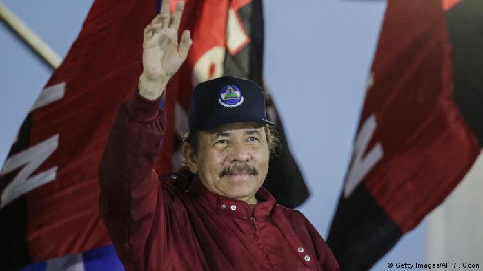 Nicaragua - Präsident Ortega zeigt sich vor seinen Unterstützern in Managua