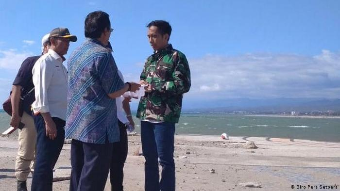 President Widodo talks to officials on the Sulawesi beach (Biro Pers Setpers)