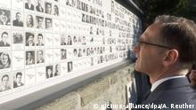 30.09.2018, Italien, Marzabotto: Außenminister Heiko Maas (SPD) steht vor der Gedenktafel für die Opfer des Massakers von Marzabotto. Foto: Annette Reuther/dpa +++ dpa-Bildfunk +++ |