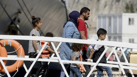 Malta Aquarius Anlegeerlaubnis Migranten gehen an Land (picture-alliance/dpa/J. Borg)