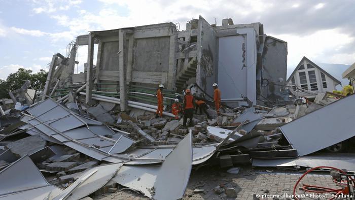 Indonesien Das Roa-Roa Hotel auf Sulawesi nach dem Erdbeben (picture-alliance/AP Photo/T. Syuflana)
