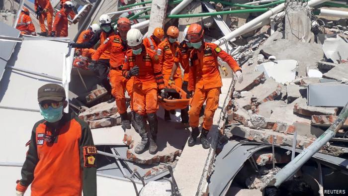 Endonezya'da can kaybı 1.200'ü aştı