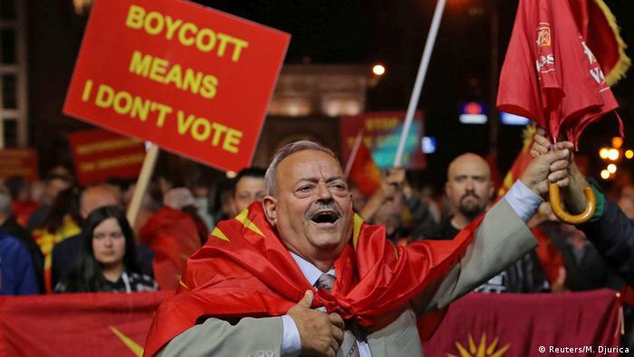 Mazedonien Demonstrant ruft zum Boykott des Referendums auf (Reuters/M. Djurica)