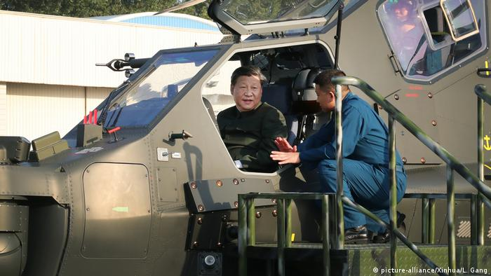 China Liaoning Xi Jinping Militärhelikopter Einheit Inspektion (picture-alliance/Xinhua/L. Gang)
