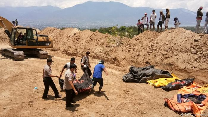 A mass grave from Tsumani victims in Palu, Indonesia (DW/Nurdin Amir)