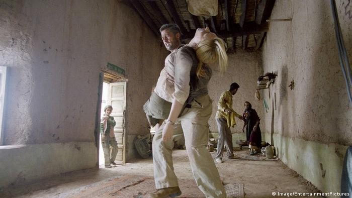 Film still Babel people in a room and a man carries an inert woman(Imago/EntertainmentPictures)