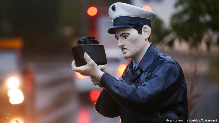 A police dummy holding a camera in his hand (picture-alliance/dpa/T. Warnack)