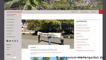 Демонстрация в защиту учителя-гомосексуала в гимназии Мариенгарден города Боркен - фото с сайта учебного заведения