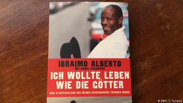 Alberto's book, with a picture of himself on the cover (DW/C. V. Teixeira)