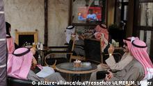 Fussball AFC Asian Cup 2011 13.01.2011 Syrien - Japan Kataries schauen Fussball im Fernsehen in einem Cafe in der Altstadt von Doha. FOTO: Pressefoto ULMER/Markus Ulmer  