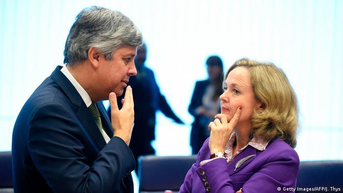 Mario Centeno und Nadia Calvino beim Treffen der Eurogruppe in Luxemburg