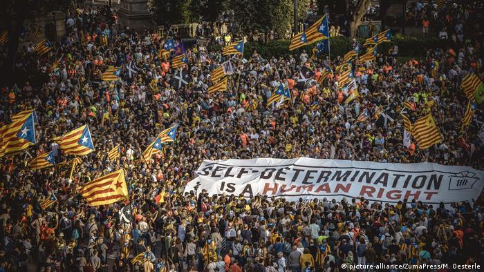 İspanyollar ve Katalanlar Barcelona'da çatıştı