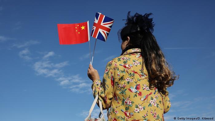 Flaggen von China und Großbritannien (Getty Images/D. Kitwood)