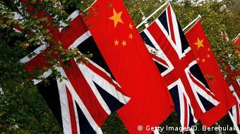 Flaggen von China und Großbritannien (Getty Images/D. Berehulak)