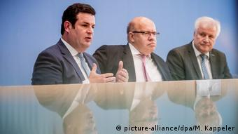 Pressekonferenz Zuwanderung Deutschland Seehofer Altmaier Heil (picture-alliance/dpa/M. Kappeler) Министры труда, экономики и внутренних дел ФРГ на пресс-конференции в Берлине, 2 октября 2018 года