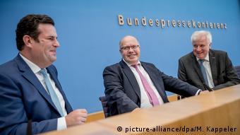 Pressekonferenz Zuwanderungsgesetz Deutschland Seehofer Altmaier Heil (picture-alliance/dpa/M. Kappeler)