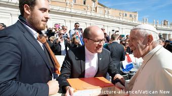 Vatikan Thomas Andonie übergibt Papst Franziskus Postkarten und Briefe