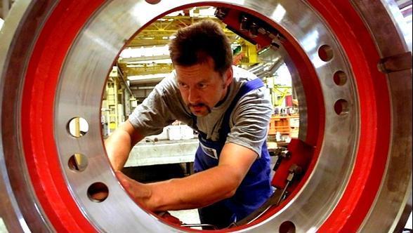 Mann hinter großem rundem Werkstück aus Stahl (Foto: dw)