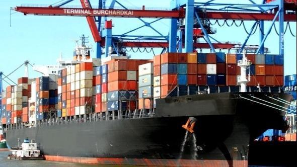 Судно с контейнерами в порту