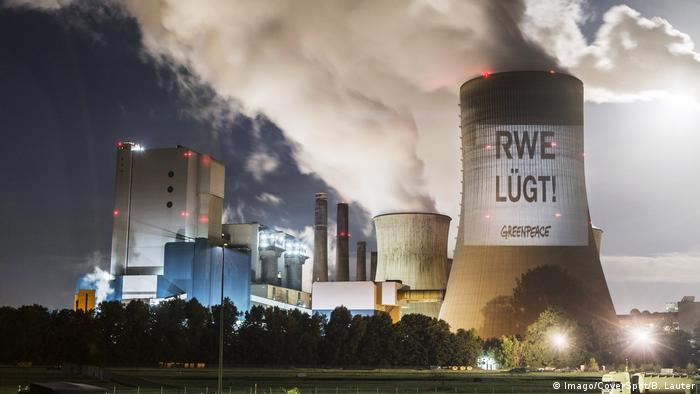 Bergheim - Greenpeace Projektion auf Kühlturm des Kraftwerks in Niederaussem