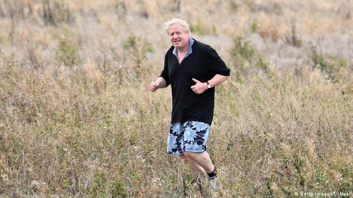 Boris Johnson Konservative Partei joggt durch Feld