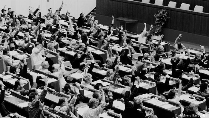 Народная палата ГДР голосует за объединение с ФРГ