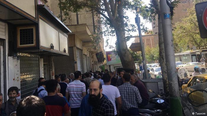 Iran Teheran - Leute stehen in Schlange um Ihre Dollar in Nationalwährung zu wechseln