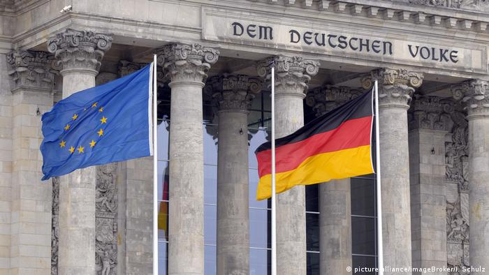 Прапори Євросоюзу та Німеччини перед будівлею Бундестагу