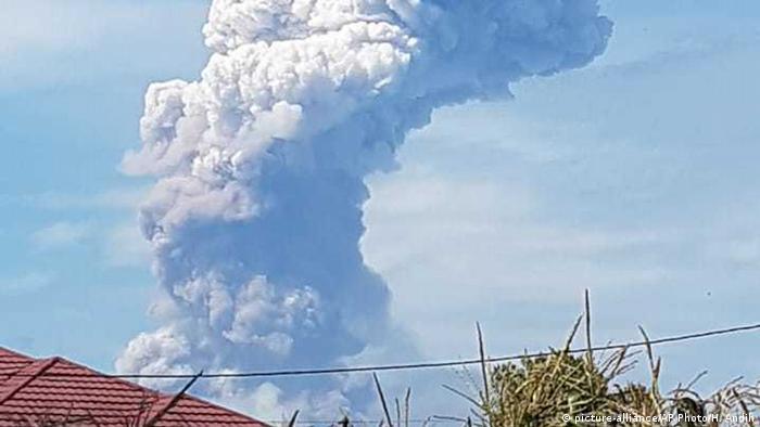 Vulcão Soputan entra em erupção na ilha de Celebes, na Indonésia