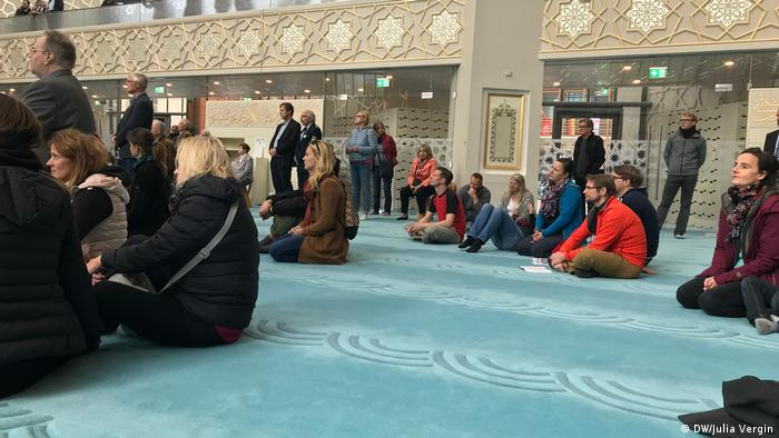 Visitors in Cologne's Central Mosque (DW/Julia Vergin)