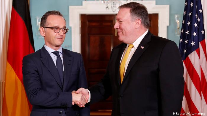 Maas shakes hands with Pompeo (Reuters/K. Lamarque)