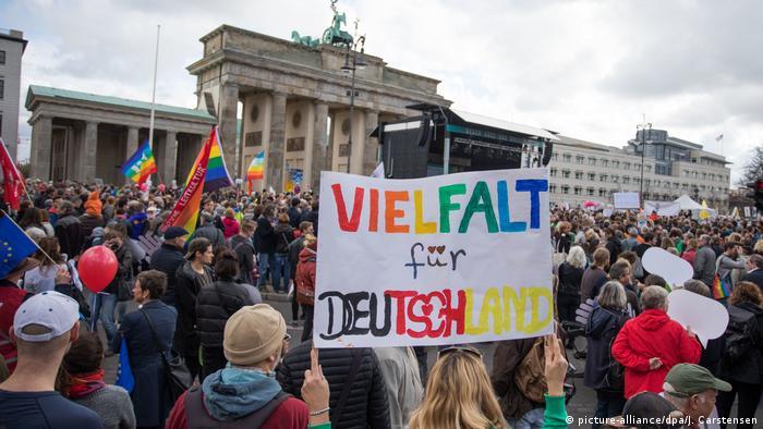 پلاکاردی با شعار تنوع برای آلمان در تظاهراتی علیه نژادپرستی در برلین، ۲۲ اکتبر ۲۰۱۷